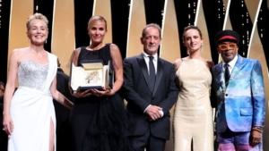 """""""Titane"""", de la réalisatrice française Julia Ducournau, remporte la Palme d'or 2021, annoncée par erreur en début de cérémonie par le président du jury Spike Lee. (VALERY HACHE / AFP)"""